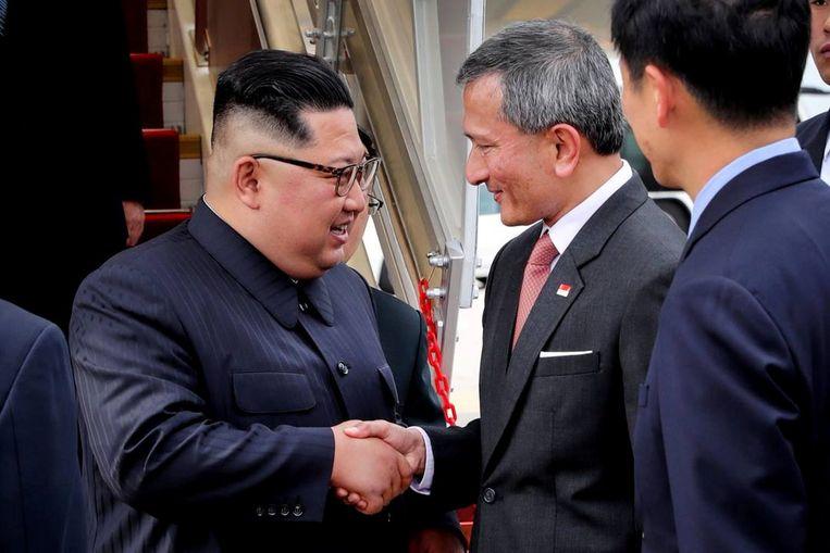 Trump werd verwelkomd door de minister van Buitenlandse Zaken van Singapore, Vivian Balakrishnan. Beeld REUTERS