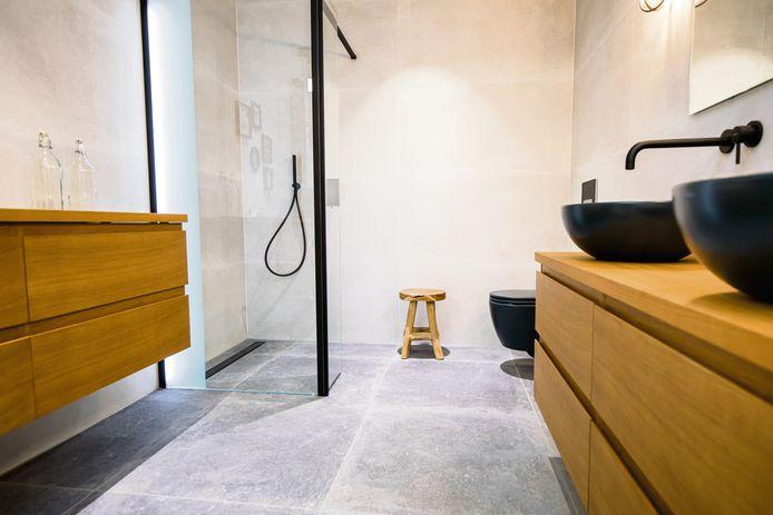 Les carrelages en céramique sont très courants: d'entretien aisé, ils sont disponibles en divers formats et couleurs.