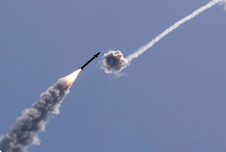 Israëls raketschild IJzeren Koepel onderschept boven de stad Ashkelon een door Hamas vanuit de Gazastrook afgeschoten raket. Beeld AFP