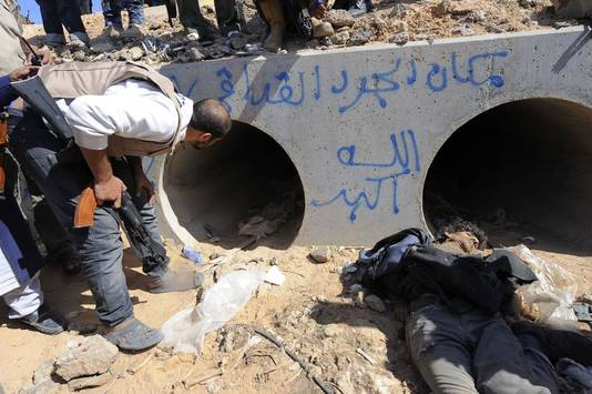 """Mouammar Kadhafi aurait tenté de prendre la fuite par ce tunnel avant d'être capturé. """"C'est l'endroit où le rat Kadhafi se cachait"""", a été inscrit sur le béton."""