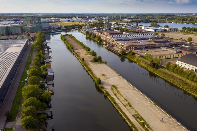 Woonboten (links) aan de Oude Engelenseweg met de landtong in het water.