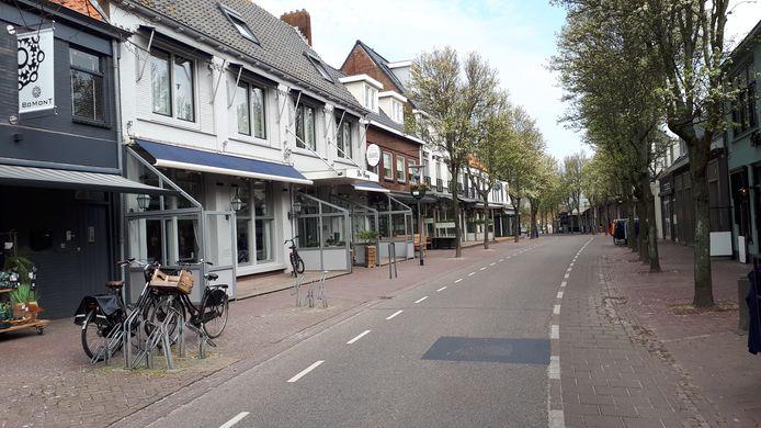 Lege en stille straat in Domburg door de coronacrisis.