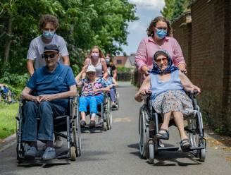 Studenten nemen bewoners rusthuis Kasteelhof mee op wandel