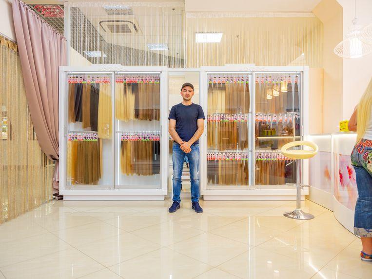 Yevgeny in zijn haarextensionsalon in de buitenwijken van Kharkiv. Beeld Tom Skipp