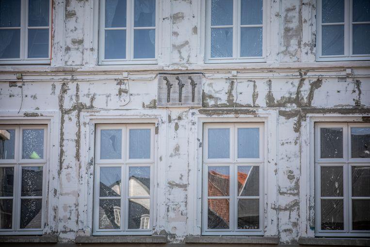 De Drij Pistolen in Hasselt, met inderdaad drie pistolen op de Gevelsteen.