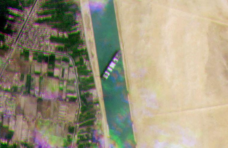 Satellietfoto van de Ever Given in het Egyptische kanaal. Beeld AFP