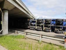 VIDEO: Te hoge vrachtwagen ramt viaduct in Hank en valt om