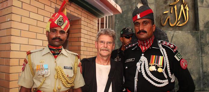 Tussen een Pakistaanse en Indiase grenswacht (fotomontage).