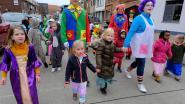 Leerlingen Klavertjevier genieten van carnavalstoet en pannenkoeken