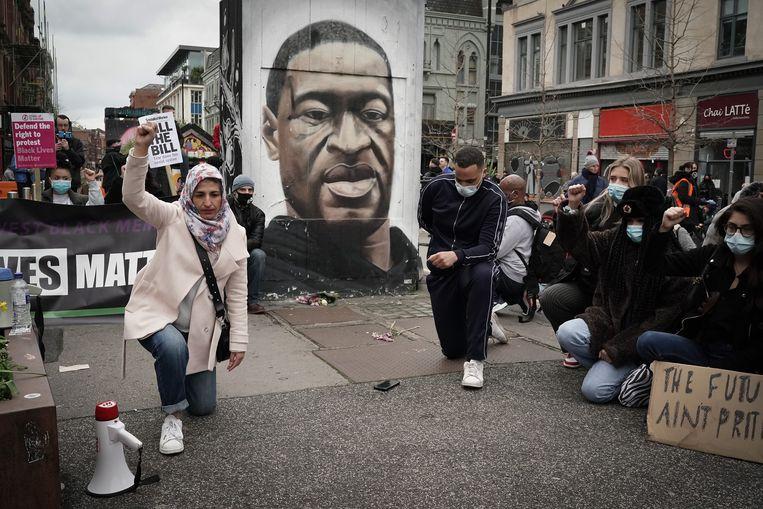 Demonstranten in de Engelse stad Manchester, voor een portret van George Floyd.  Beeld Getty Images