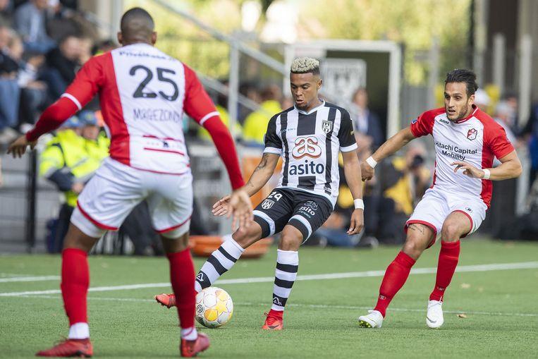 Jafar Arias (FC Emmen), Dabney dos Santos (Heracles) en Gersom Klok (FC Emmen) tijdens de wedstrijd in het Polman stadion. Beeld ANP