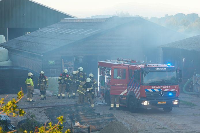 De brandweer is aanwezig bij de brand in Oijen.