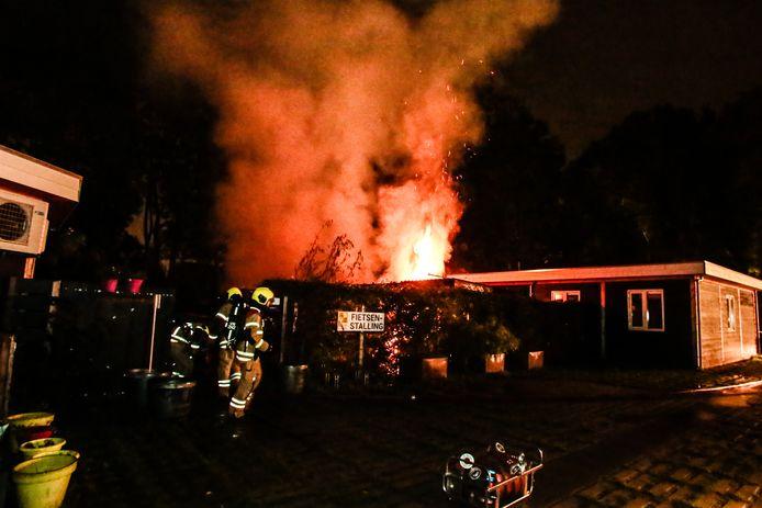 De brand brak even na 20.00 uur uit in een schuur aan de Wieldraaier.