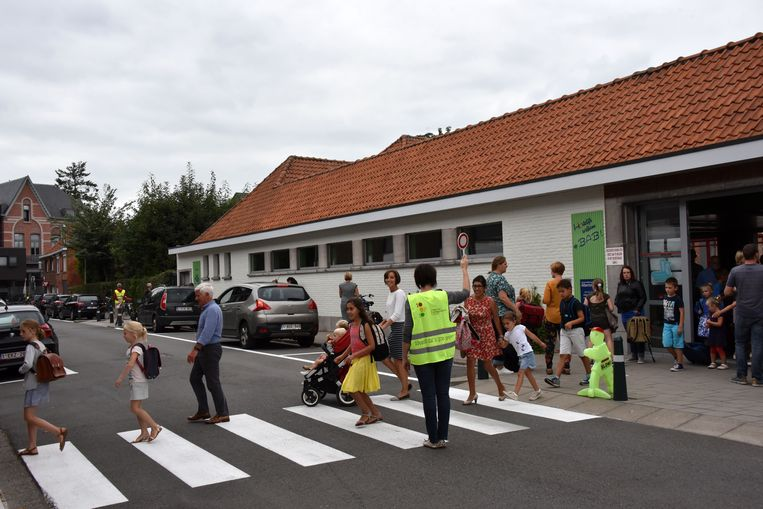 Kinderen steken over aan de Basisschool Albertstraat Beerse.