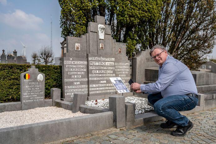 Frank Coene bij de laatste rustplaats van de drie Zeelse rijkswachters die het leven lieten tijdens de Tweede Wereldoorlog.