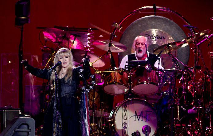Zangeres Stevie Nicks en drummer Mick Fleetwood van de Brits-Amerikaanse band Fleetwood Mac tijdens het concert in de Ziggo Dome.