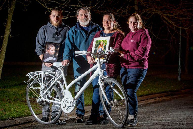 Broer Sil, vader Bart, moeder Ann en zus Stien bij de fiets van hun overleden zus/dochter.