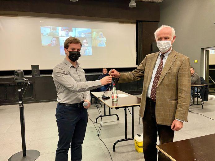 Baron Thierry Van der Straten Waillet geeft de fakkel als gemeenteraadslid door aan partijgenoot Yannis Leirs