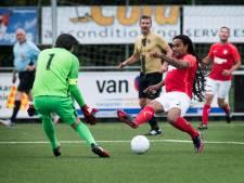 Veteraan Guy Bruggeling heeft het zwaar tijdens jubileumduel Sportlust'46 met FC Utrecht Legends
