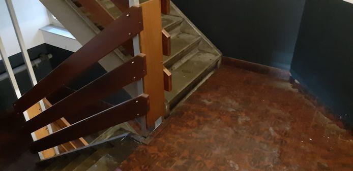 Het trappenhuis van de flat in Arnhem staat onder water