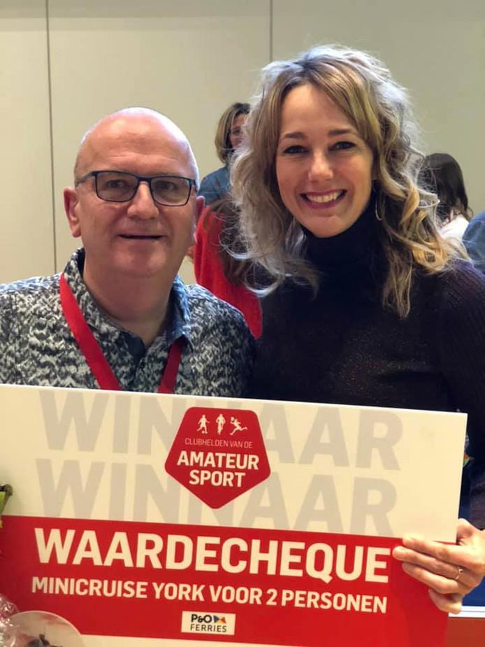 Rien van Harselaar ontvangt de cheque voor de minicruise uit handen van juryvoorzitter Marianne Timmer.