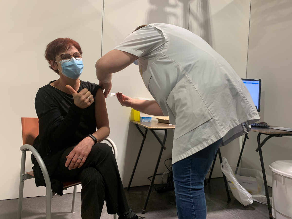 Hilde Steylaerts werd in februari als eerste geprikt in Vaccinatiecentrum Pallieterland in Lier. Meer dan 100.000 prikken volgden.