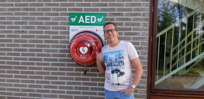 """De broer van William van der Werf kreeg in 2011 een hartstilstand op het voetbalveld. Zijn leven werd gered met behulp van een AED. ,,In elke wijk zou een AED moeten hangen, het gaat om leven en dood"""", vindt William hier bij een defibrillator elders in Zierikzee."""
