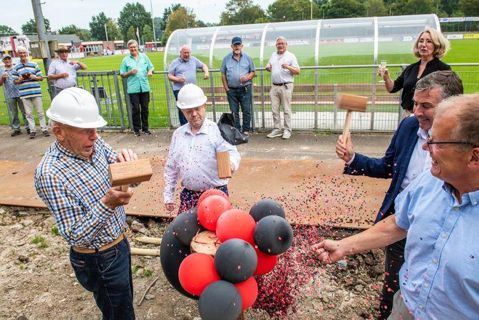 De fictieve eerste paal van de nieuwe tribune bij SV ARC, de club heeft nog geen bouwvergunning ontvangen van de gemeente Alphen aan den Rijn. De tribune moet in december klaar zijn.