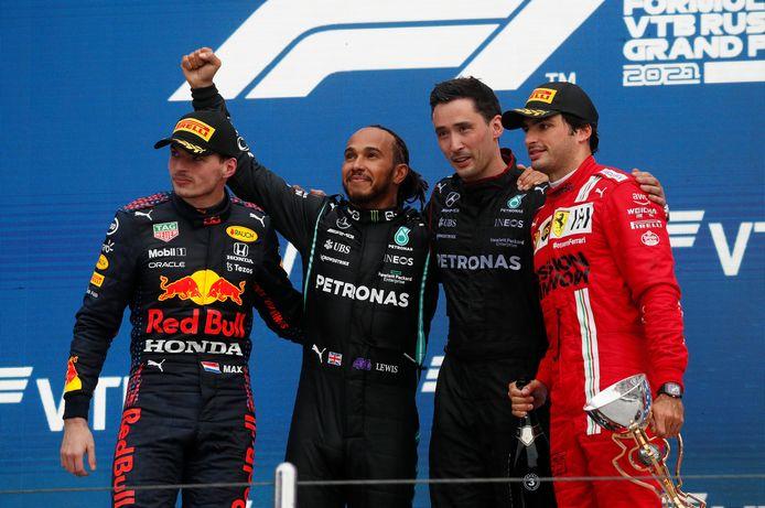 Het podium met Max Verstappen, Lewis Hamilton, Carlos Sainz en iemand uit de crew van Mercedes.