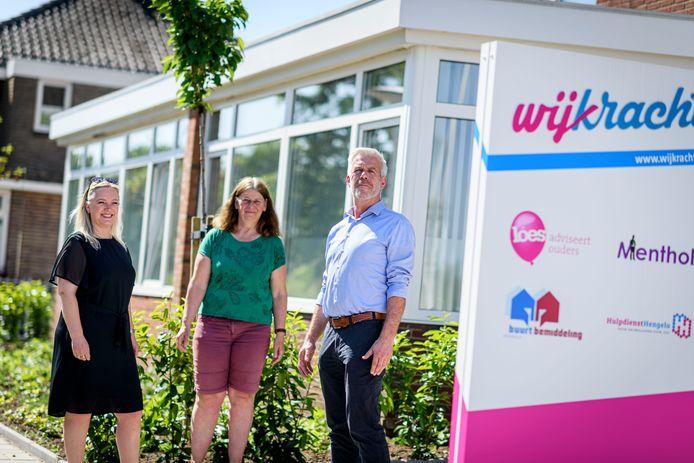Buurtbemiddeling heeft een druk en bijzonder jaar achter de rug vanwege corona. V.l.n.r.: Mariel van Ooster, Hermien Leussink en Peter van den Bosch van Wijkracht in Hengelo, die de buurtbemiddeling in meerdere gemeenten in deze regio doet.