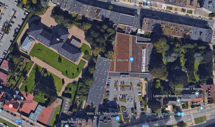 Een luchtbeeld van de omgeving: links het voormalige klooster met immense tuin, rechts beneden de Herentalsebaan met de woning van Bart De Wever naast Leemans kredieten