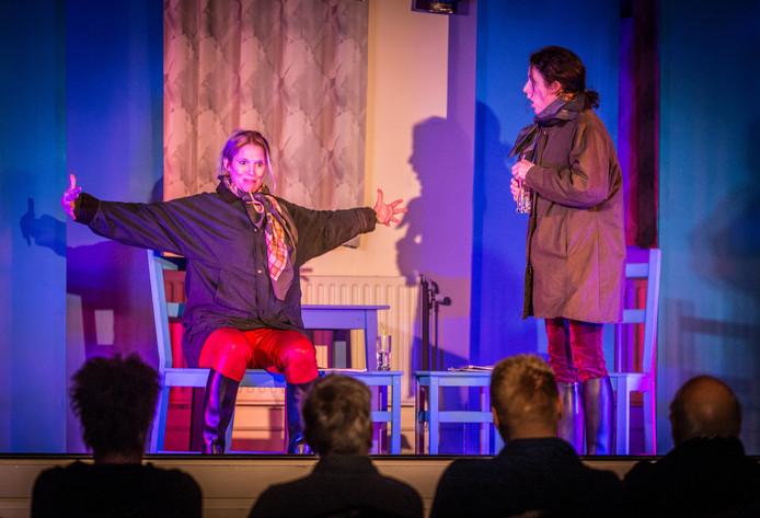 Tamara (links) en Bianca van het Theatercollectief met sketches van Koot en Bie.