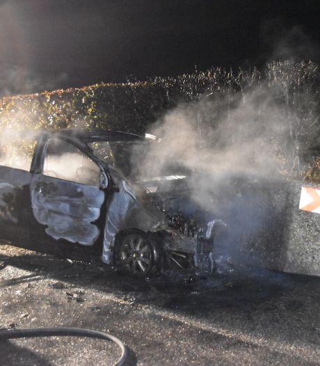 Gewonde automobilist ontsnapt net op tijd uit brandende auto na botsing tegen bloembak