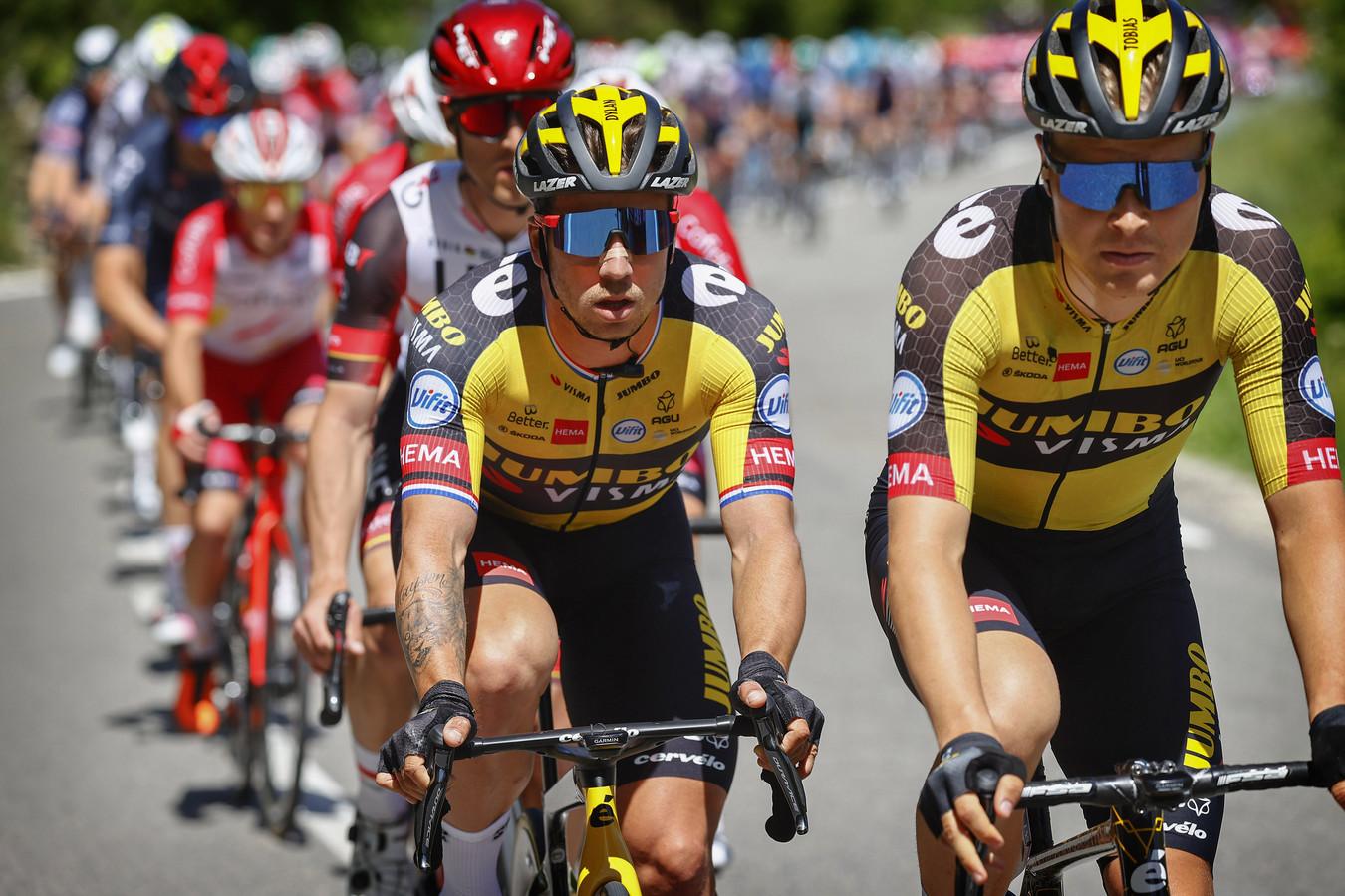 Dylan Groenewegen rijdt achter ploeggenoot Tobias Foss in het peloton.