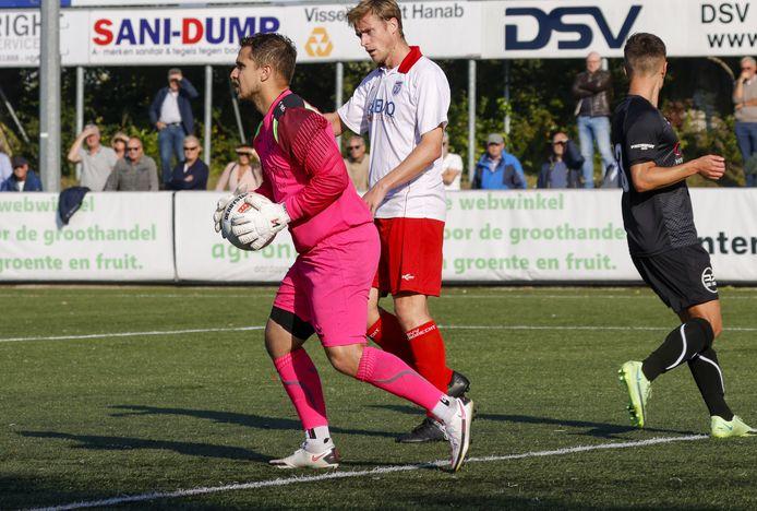 Goes-doelman Matthew Lentink heeft de bal klemvast, met Barendrecht-spits Peter de Lange naast hem.