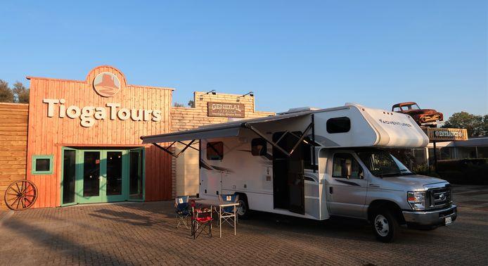 Tioga Tours in Zwolle valt op met een westerngevel en grote camper voor de deur.