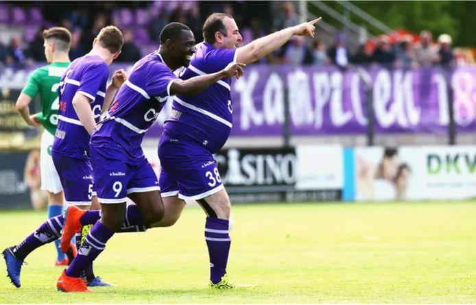 Voorzitter Salar Azimi viert zijn doelpunt tegen Sporting Hasselt.