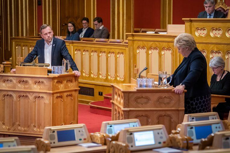 De Noorse premier Erna Solberg (rechts) in het Noorse parlement. Noorwegen had jarenlang een groot aandeel vrouwen op topposities in de politiek en publieke instellingen, maar in de top van het bedrijfsleven was 6 procent daar was vrouw. Beeld EPA