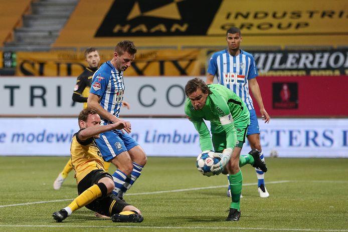 Doelman Ruud Swinkels (r) van FC Eindhoven vangt een bal, met in zijn nabijheid teamgenoot Jens van Son en een Roda JC-speler.