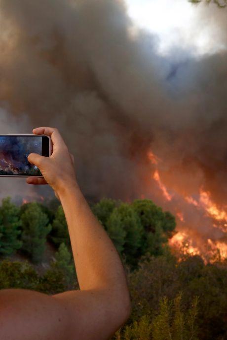 Canicule et incendies en Grèce: les habitants suffoquent, des touristes évacués à Athènes