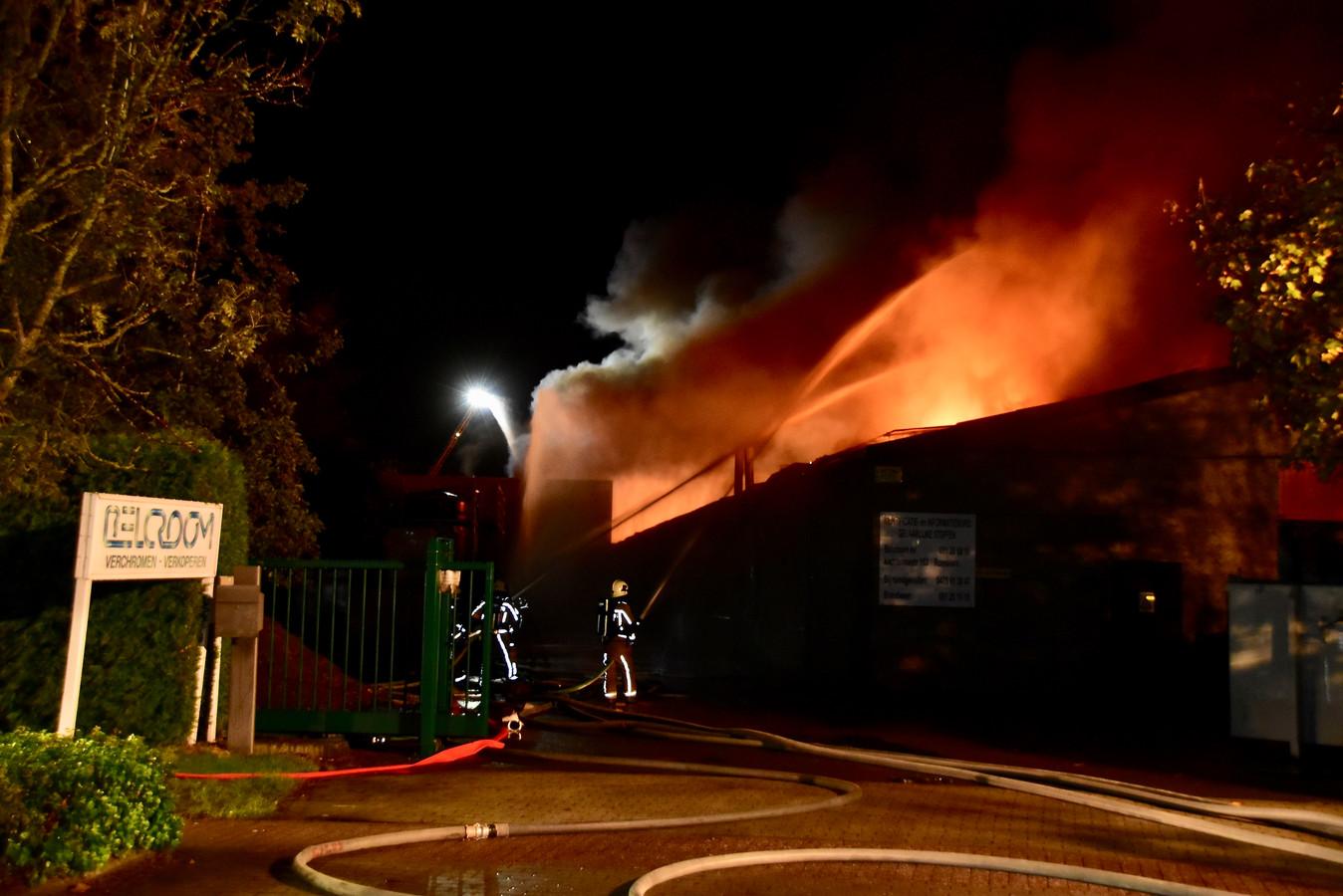 De brand op de industriezone in Roeselare legde het bedrijf Belcroom in de as. Met het bluswater kwam dan wel een grote hoeveelheid chroom 6 in het water van de Mandel terecht. Een uiterst giftig en kankerverwekkend goedje.