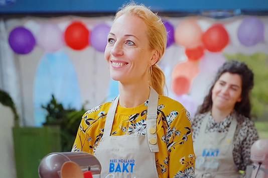 Anouk straalt als ze goede kritiek krijgt op haar taarten.