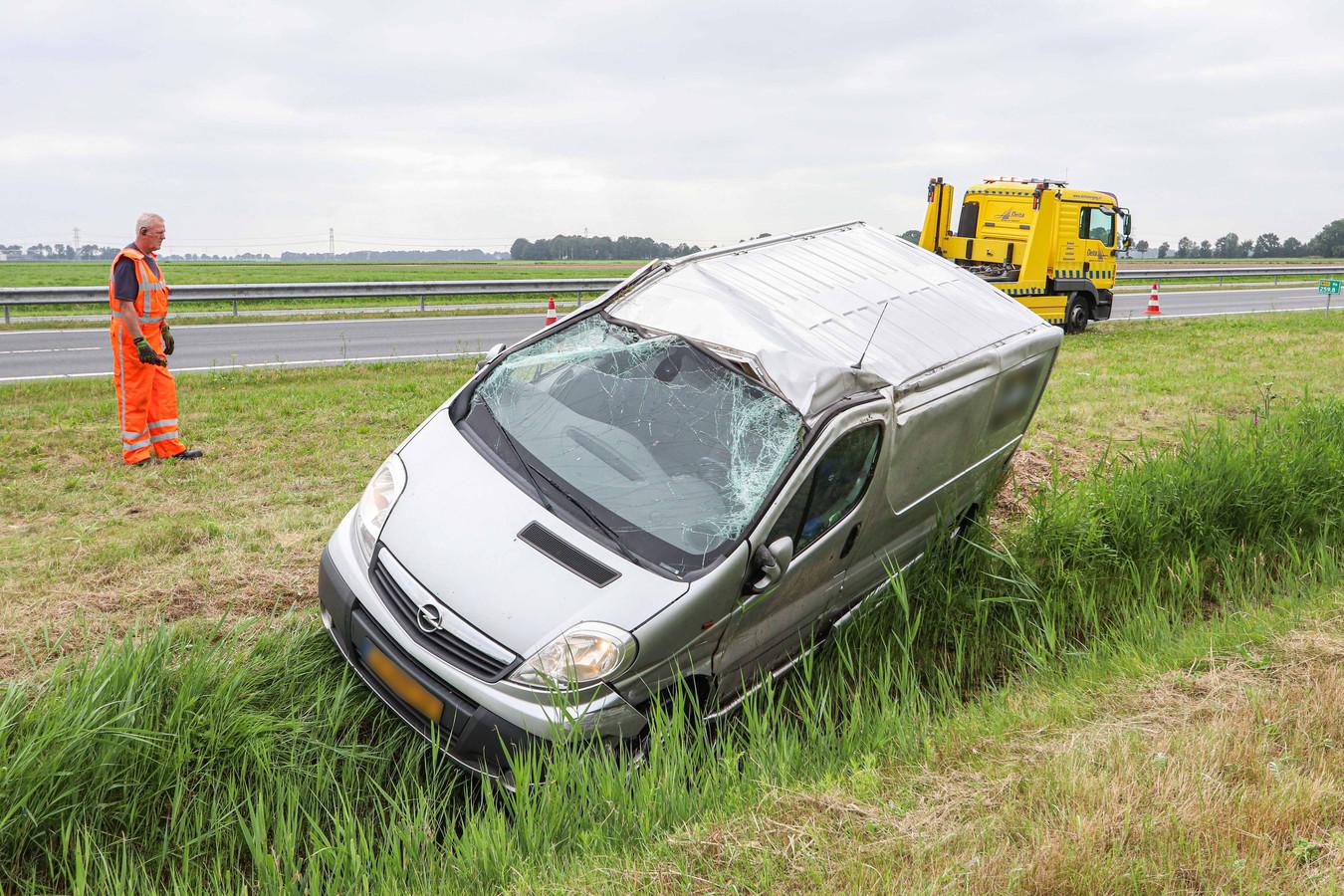 Bij een inhaalpoging op de N50 botste een bestelbusje vrijdagmiddag met een personenauto. Het voertuig raakte hierbij van de weg, sloeg over de kop en kwam in een sloot tot stilstand.