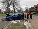 Rond half 1 vanmiddag reed een blauwe Maserati tegen een boom in de middenberm op de Prins Boudewijnlaan.