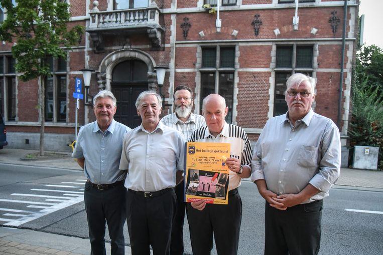 """De leden van de heemkring Marcel Bovyn, aan het vroegere gemeentehuis van Sint-Gillis: """"De gemeente heeft woelige verkiezingsperiodes gekend""""."""