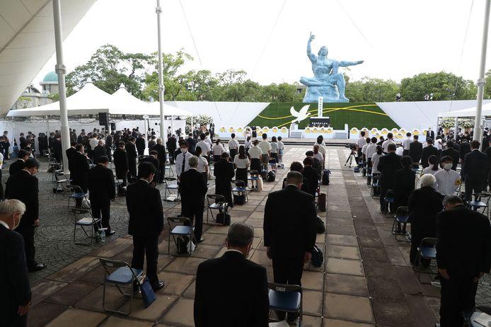 De aanwezigen op de herdenkingsceremonie houden een minuut stilte voor de slachtoffers van de atoombom op Nagasaki. In totaal kwamen zo'n 74.000 mensen om het leven.