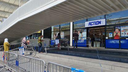 Winkelmedewerker Action krijg klappen nadat hij man aanspreekt die met vrouw en zeven kinderen winkel binnengaat