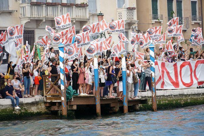 Tegenstanders van de cruiseschepen die aanmeren in Venetië protesteerden zaterdag massaal.