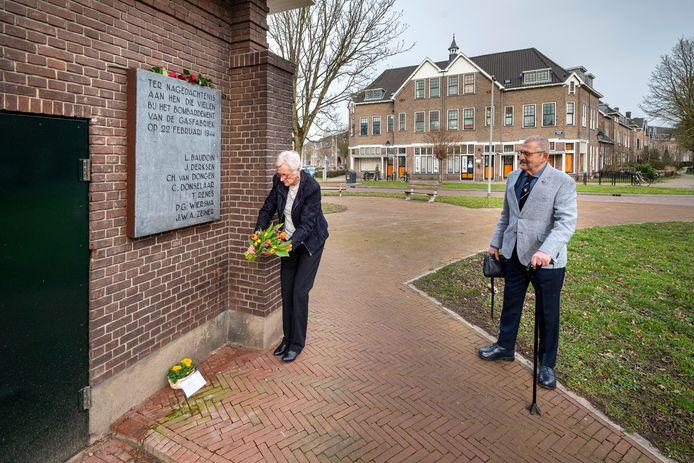 Ans Looijaard legt een bos tulpen bij  het  Arnhemse monument dat herinnert aan slachtoffers van het Amerikaanse 'blunderbombardement  op Oost Nederland op 22 februari 1944.  Haar echtgenoot kijkt toe.