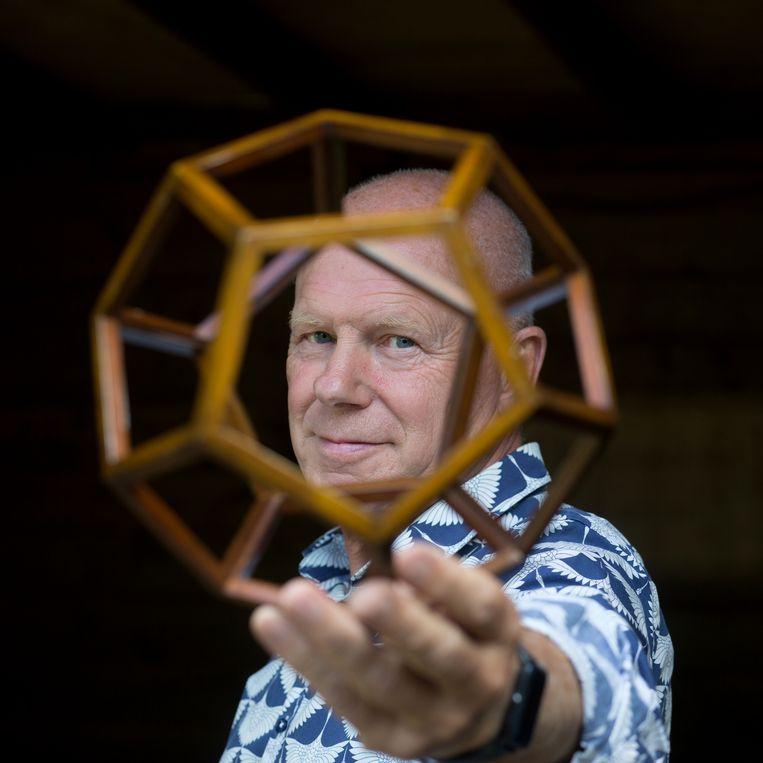 Rob van Hattums favoriete vorm is de dodecaëder, een ruimtelijk figuur met twaalf gelijke vijfhoekige vlakken.  Beeld Maartje Geels